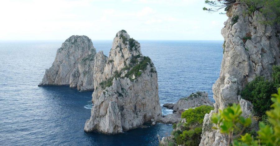 Blickfang: Beim Spazieren auf der Via del Pizzoluongo sieht man die Faraglioni-Felsen aus verschiedenen Perspektiven.
