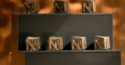 Die Nannen-Preise stehen bei der Verleihung in der Hamburger Elbphilharmonie bereit.