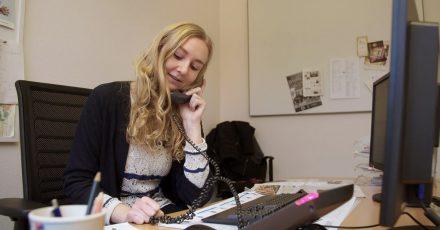 """Reporterin Anna Petersen berichtet aus Bienenbüttel für die Landeszeitung Lüneburg in einer Szene aus dem Dokumentarfilm """"Die letzten Reporter"""" (undatierte Filmszene)."""