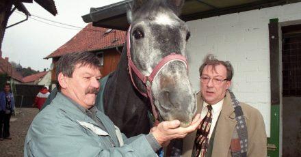 """Jaecki Schwarz (r) und sein Kollege Wolfgang Winkler 1995 bei den Dreharbeiten zum """"Polizeiruf 110 - Der Pferdemörder»."""