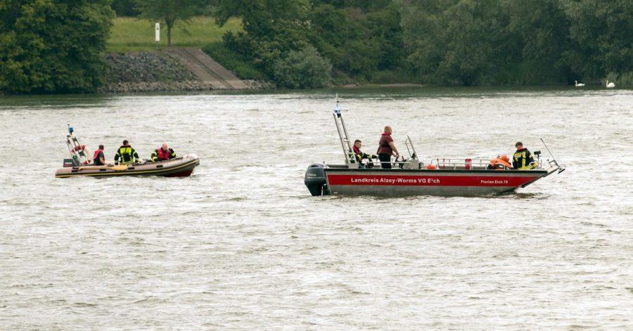 Rettungskräfte suchen nach der vermissten Frau.
