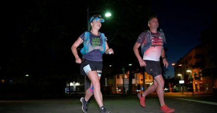 Extremsportlerin Steffi Saul (l) startet mit ihrem Mitläufer Erwin Bauer (r) einen 250-km-Spendenlauf über den gesamten Remstal-Weg bis zum Olgahospital Stuttgart.