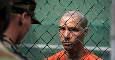 Tahar Rahim als Mohamedou Ould Slahi (r) in einer Szene des Films «Der Mauretanier».