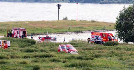 Einsatzkräfte suchen nach den vermissten Personen.