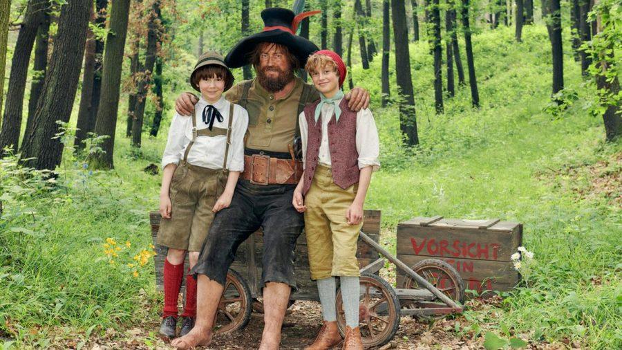 Nicholas Ofczarek als Räuber Hotzenplotz mit Kasperl (Hans Marquardt, rechts) und Seppel (Benedikt Jenke, links) (mia/spot)