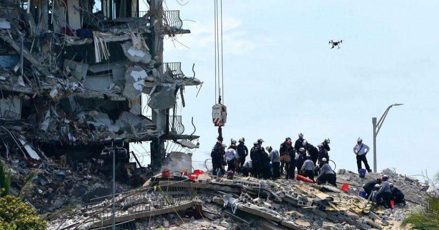 Rettungskräfte suchen in den Trümmern nach Überlebenden.