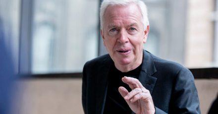 Der britische Architekt David Chipperfield in der James-Simon-Galerie, Berlin.
