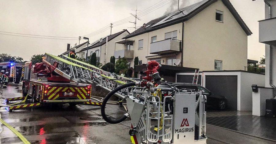Einsatzkräfte der Feuerwehr bei Löscharbeiten an einem Wohnhaus im baden-württembergischen Herrenberg. Heftige Unwetter haben auch am Dienstag etliche Regionen in Deutschland getroffen. Vor allem aus einigen Gebieten im Süden wurden am Abend Gewitter mit Starkregen gemeldet.