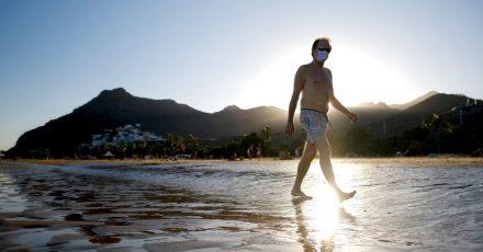 An den Mundschutz hat man sich gewöhnt - das gilt auch auf Reisen.