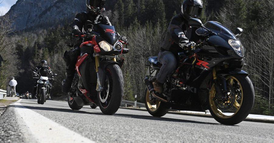 Rudelbildung: Wenn eine Gruppe Motorrad fährt, kann sie vor der Tour eindeutige Zeichen zur Verständigung ausmachen.