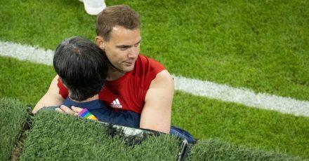Nach dem EM-Fußball-Krimi umarmt Deutschlands Torhüter Manuel Neuer (r) den Bundestrainer Joachim Löw.