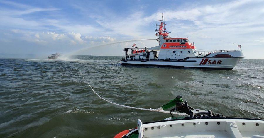 Der Seenotrettungskreuzer Hermann Rudolf Meyer beim Löscheinsatz für ein brennendes Motorboot in der Wesermündung.