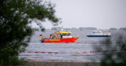 In der Elbe bei Kollmar (Kreis Steinburg) suchen Einsatzkräfte nach einem siebenjährigen Mädchen, das dort baden gegangen war.