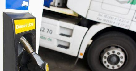Druckbetankung: Lkw haben viel größere Tanks, daher fließt der Diesel mit viel höherem Durchsatz durch die LKW-Diesel-Zapfpistole.