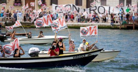 Aktivisten protestieren gegen den Start des ersten Kreuzfahrtschiffs in Venedig.