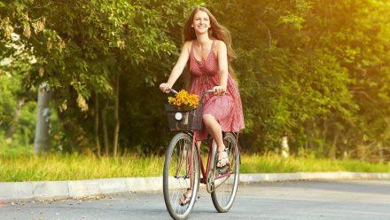 Ein paar einfache Tricks verhindern, dass das Kleid beim Fahrradfahren nicht nach oben weht. (eee/spot)