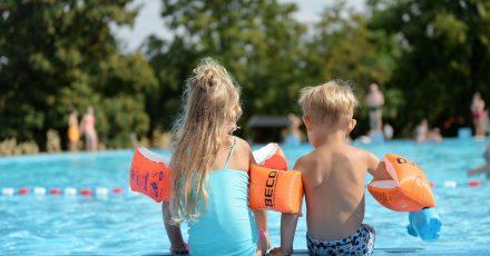 Schwimmbäder und überwachte Wasserflächen werden weniger. Laut DLRG lässt die Schwimmausbildung von Kindern und Erwachsenen daher zu wünschen übrig.