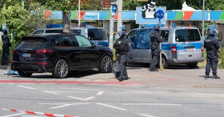 Polizisten sichern den Tatort in Hannover.