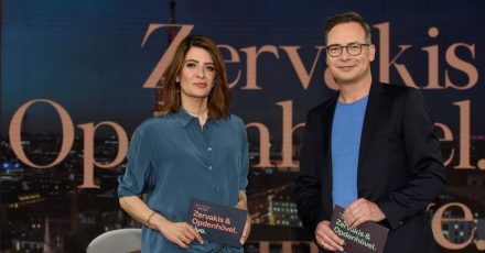 Linda Zervakis und Matthias Opdenhövel stehen in dem Studio, in dem sie das neue ProSieben-Journal «Zervakis & Opdenhövel. Live» moderieren.