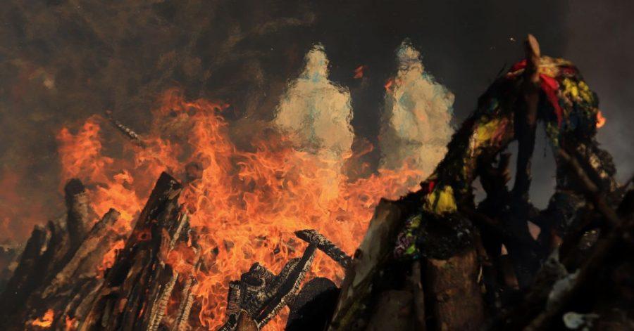 Szenen einer Masseneinäscherung von Opfern, die an den Folgen einer Corona-Infektion gestorben sind, auf dem Gelände eines Krematoriums in Neu Delhi.
