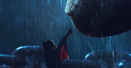 Jia (Kaylee Hottle)und Kong  können miteinander kommunizieren.