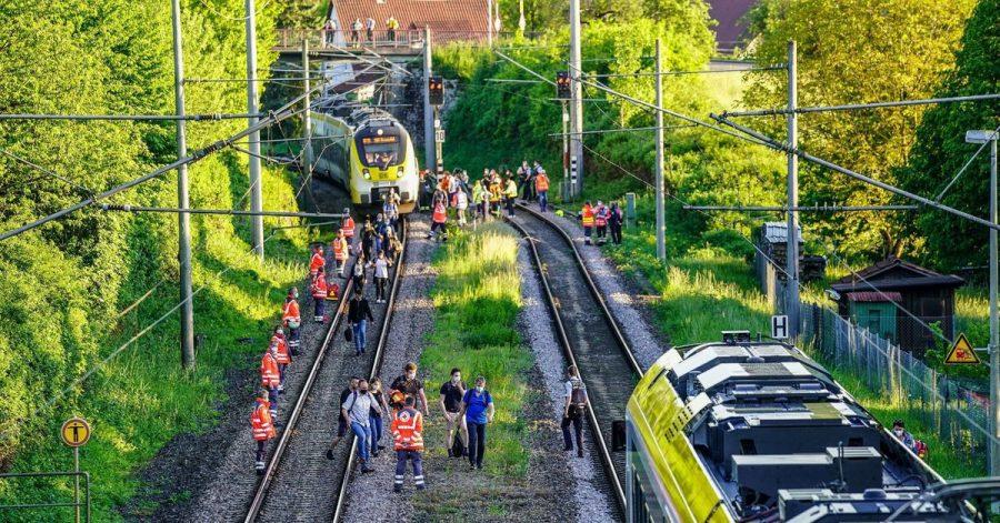 Passagiere verlassen den Zug nach demUnglück in Oppenweiler.