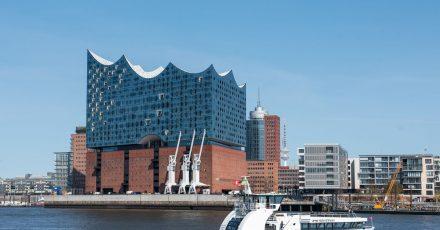 In der Elbphilharmonie in Hamburg wird der neue Kulturpreis Tonali an Musiker verliehen, die sich auf besondere Weise gesellschaftlich engagieren.