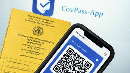 Die CovPass-App ergänzt das gelbe Impfheft. (kms/wue/spot)
