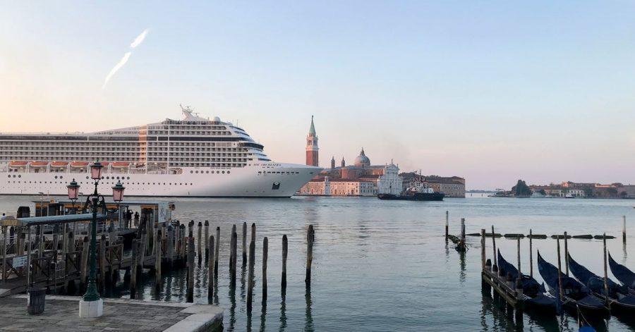 Zum ersten Mal seit der Corona-Pandemie passiert mit der MSC Orchestra ein Kreuzfahrtschiff den Giudecca-Kanal bei Venedig.