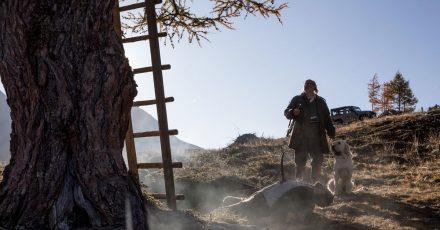 Flattacher (Johannes Flaschberger) findet einen Toten vor seinem Hochsitz - eine Szene aus «Waidmannsdank».
