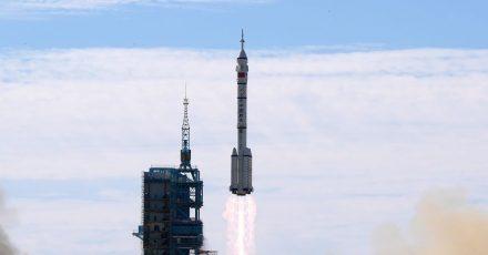 China hat die erste Drei-Mann-Besatzung zu seiner neuen Raumstation gestartet.