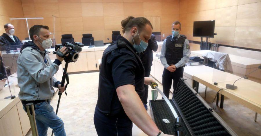 Ein Justizbeamter zeigt im Bielefelder Landgericht am ersten Prozesstag das Samurai-Schwert.