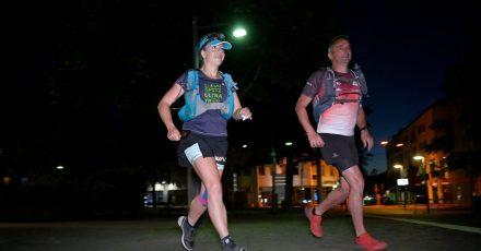 Die Extremsportlerin Steffi Saul (l) startet mit ihrem Mitläufer Erwin Bauer (r) einen 250-km-Spendenlauf.