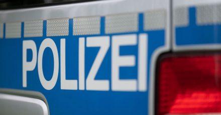 Nach einer Flucht soll ein Auto in Berlin mit mehreren Polizeifahrzeugen kollidiert sein. (Symbolbild)