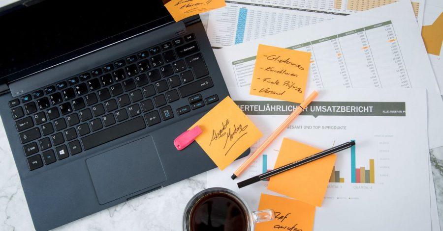 Die Informationsflut im Job kann sich negativ auf Leistung und Gesundheit auswirken.