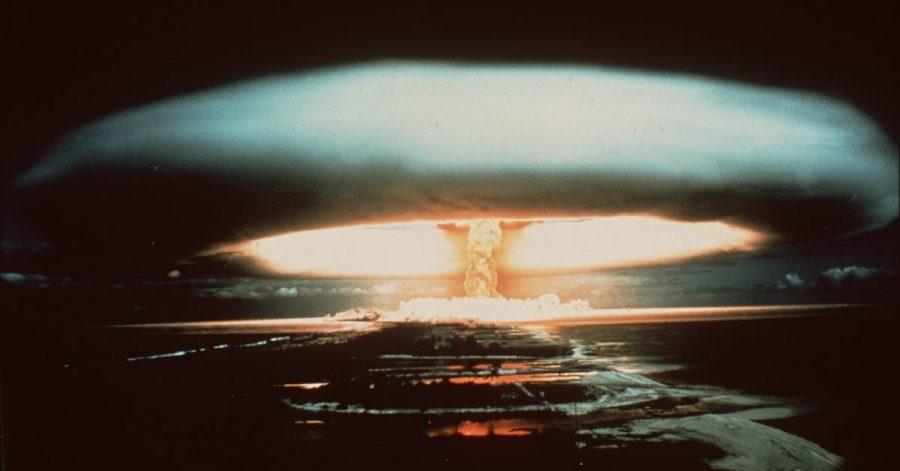 Nach der Explosion einer französischen Atombombe schwebt dieser riesige Atompilz über dem Mururoa-Atoll. Führende Friedensforscher sehen Anzeichen für eine beunruhigende Trendwende in den weltweiten Beständen an Atomwaffen.
