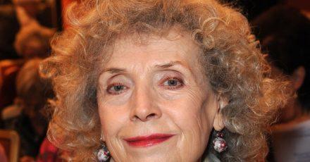 Ilse Neubauer, bayerische Volksschauspielerin, lächelt vor der Verleihung des Bayerischen Poetentalers im Künstlerhaus.