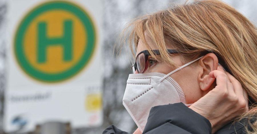 Eine Mund-Nasen-Maske schützt nicht nur vor einer Ansteckung mit Corona. Auch Grippe- oder Noroviren können damit abgehalten werden. Viele Bürger wollen die Maske daher nach der Pandemie weiternutzen.