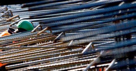 Stahl ist ein wichtiger Baustoff beim Hausbau. Er verstärkt den Beton und erhöht damit die Tragfähigkeit des Gebäudes.