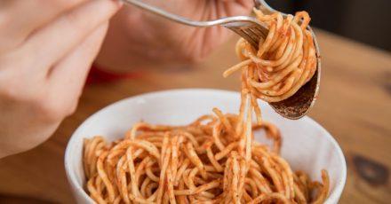Nicht nur die Größe der Portion beeinflusst, wie viel wir essen.