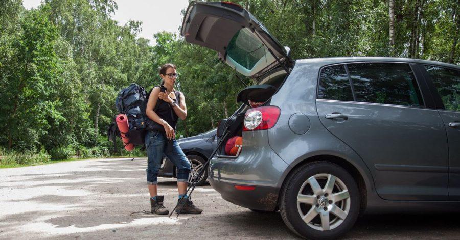 Sicherer Weg zur Abkühlung im Sommer: Autos sollten in der Natur nur auf dafür vorgesehenen Parkflächen stehen, bevor es zum Waldspaziergang oder an den Baggersee geht.