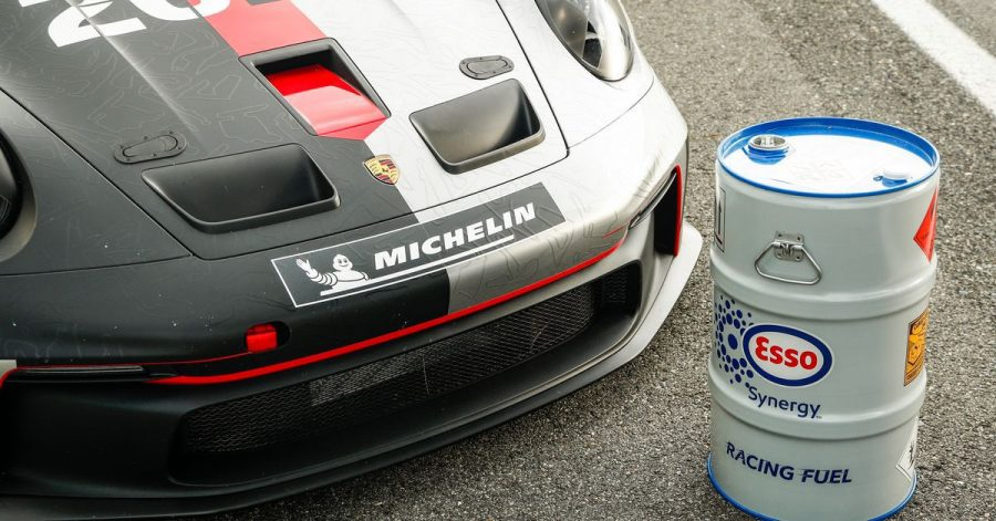 Setzt Porsche im Tourenwagen-Motorsport teilweise bereits auf biobasierte Kraftstoff-Mischungen, sollen 2022 dabei auch E-Fuels aus einem Pilotprojekt in Chile zum Einsatz kommen.