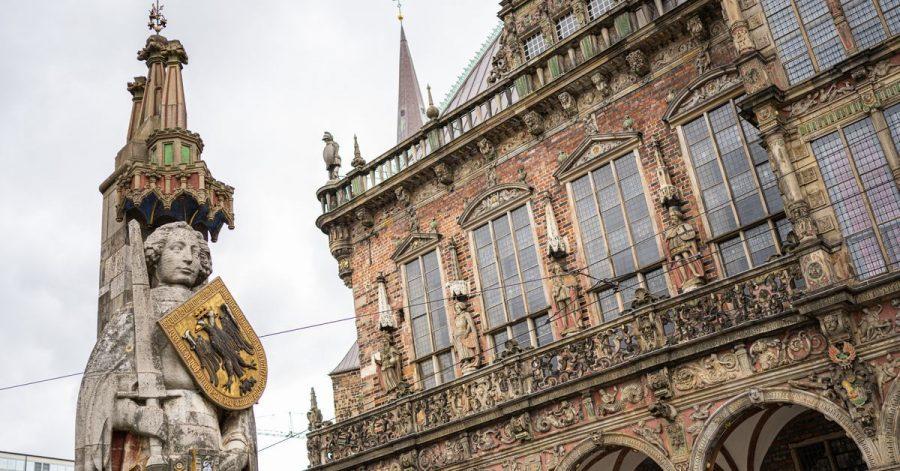 Der Bremer Roland (l) aus dem Jahre 1404 und das Bremer Rathaus, in dem sich der Bremer Ratskeller befindet.