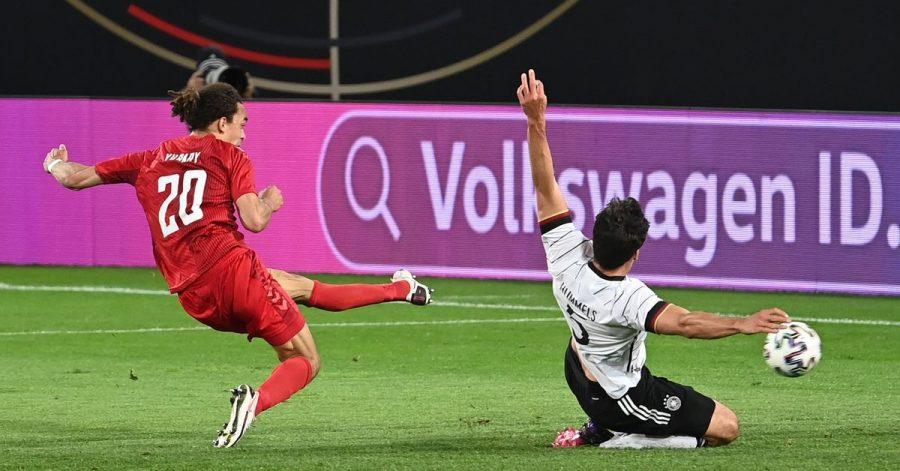 Fußball-Länderspiel Deutschland gegen Dänemark: Yussuf Poulsen (l) trifft zum 1:1. Mats Hummels (r) kann den Treffer nicht verhindern.