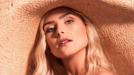 Ein leichtes Augen-Make-up und ein strahlender Glow sind essenziell für einen sommerlichen Look. (Symbolbild) (ncz/spot)