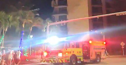 Dieses Videostandbild zeigt Rettungskräfte der Feuerwehr nach einem Gebäudeeinsturz.