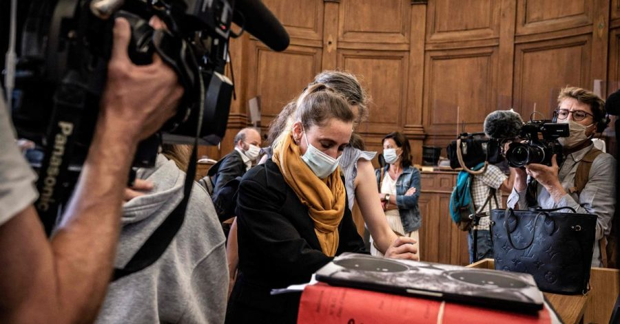 Die Angeklagte Valerie Bacot im Gerichtsgebäude von Chalon-Sur-Saône. Bacot ist wegen der Tötung ihres Stiefvaters und späteren Ehemannes, der sie bedroht, zur Prostitution gezwungen und wiederholt vergewaltigt haben soll, angeklagt.