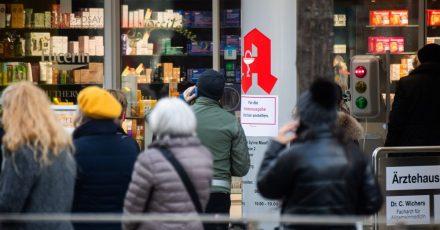 Passanten stehen Schlange vor einer Apotheke. Menschen, die vollständig gegen das Coronavirus geimpft sind, können sich ab heute in Apotheken einen digitalen Impfnachweis abholen.