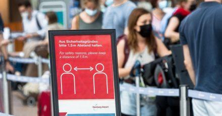 Wer mit dem Flugzeug in den Urlaub starten will, sollte am Flughafen genug Zeit einplanen - und sich auch zu Hause schon intensiv mit seiner Reise beschäftigen.