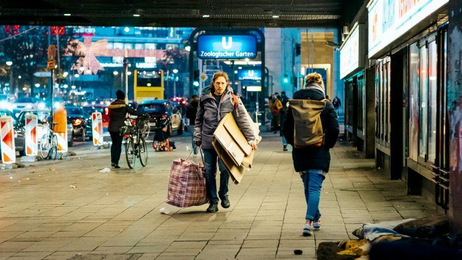 """Schauspieler Timo Jacobs spielt im """"Tatort: Die dritte Haut"""" den Obdachlosen Micha Kowalski, der sich nach seinen beiden kleinen Kindern sehnt. (ili/spot)"""
